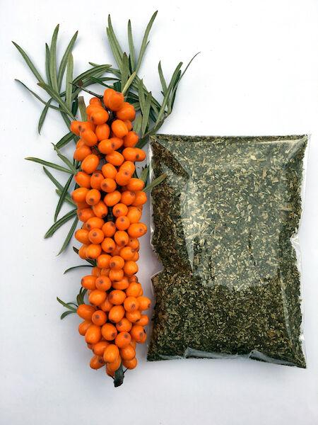 Homoktövis termés és mellette homoktövs őrlemény csomagolva